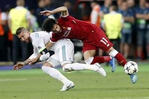 Salah có nguy cơ vắng mặt ở World Cup vì bị Ramos khóa tay