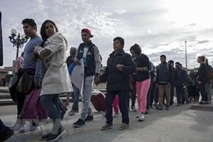 Tổng thống Mỹ cảnh báo về tội phạm, khủng bố trong dòng người di cư