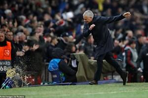 Cận cảnh HLV Mourinho đập phá điên cuồng ngay tại Old Trafford