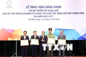 Khen thưởng tập thể, cá nhân góp phần vào thành công của Năm APEC 2017