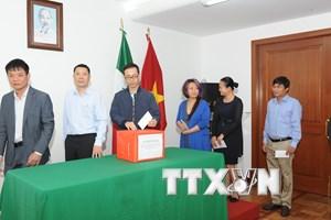 Người Việt tại Mexico ủng hộ nhân dân Lào trong vụ vỡ đập thủy điện