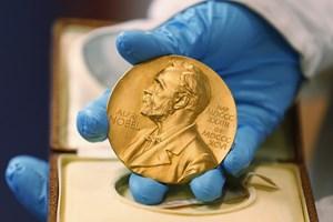 Giải Nobel Vật lý được trao cho hai nhà khoa học Nhật Bản và Canada