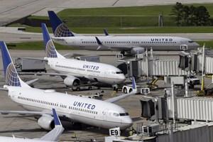 Sự cố lôi khách của United Airlines làm công ty mẹ thiệt hại nặng