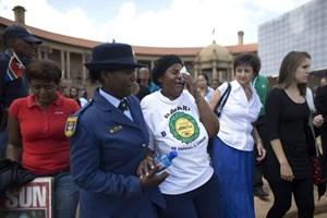 Công chúng xếp hàng viếng ông Nelson Mandela lần cuối