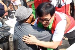 Ngôi sao Thành Long khích lệ các nạn nhân động đất ở Nepal