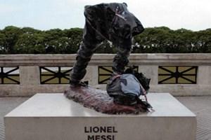 Bức tượng Lionel Messi đặt tại Argentina bị đập nát