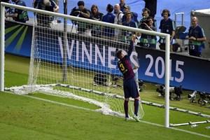 """Gerard Pique lại có hành động """"khác người"""" sau trận chung kết"""
