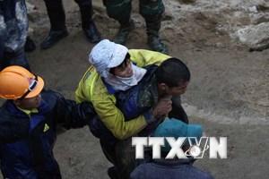 [Photo] Giải cứu thành công 12 công nhân bị kẹt trong vụ sập hầm