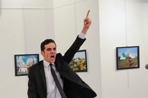 Ảnh chụp kẻ bắn chết đại sứ Nga giành giải World Press Photo 2017