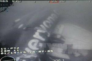 Thợ lặn tiếp tục tìm kiếm thi thể các nạn nhân bị kẹt trong QZ 8501