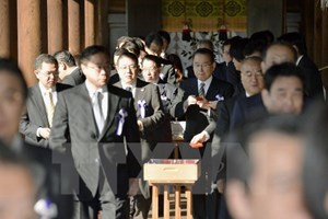 Một Bộ trưởng trong nội các Nhật Bản thăm đền Yasukuni