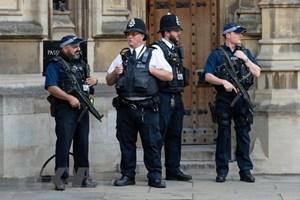 Anh: Ôtô lao vào người đi bộ ngoài thánh đường, 2 người nhập viện