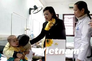 Trao tặng hơn 500 suất quà Tết cho các bệnh nhân ung thư nghèo