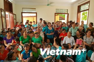Hình ảnh người dân mặc áo xanh trong phiên xử bác sỹ Hoàng Công Lương