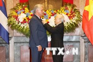 Hình ảnh lễ trao tặng Huân chương Hồ Chí Minh cho Chủ tịch Cuba