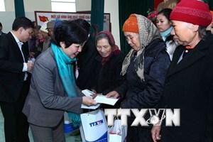 Công đoàn TTXVN tặng quà Tết các gia đình khó khăn ở Hà Nội