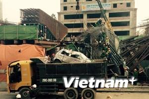 """[Video] Xe cẩu """"bốc"""" xe taxi gặp nạn trong vụ sập giàn giáo ở Hà Đông"""