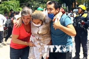 Đội cứu hộ Mexico làm việc thâu đêm để tìm nạn nhân may mắn sống sót