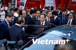 Ông Phạm Nhật Vượng giới thiệu xe hơi VinFast với Thủ tướng Chính phủ