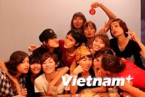 Thí sinh Vietnam's Next Top Model nằm cho chuột bò