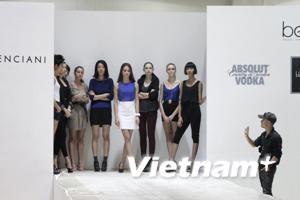 Top 4 VN's Next Top Model tới Singapore sải bước