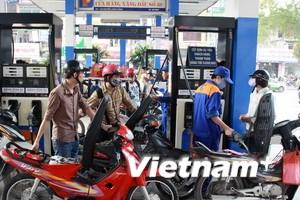 Giá xăng trong nước bất ngờ giảm 500 đồng mỗi lít