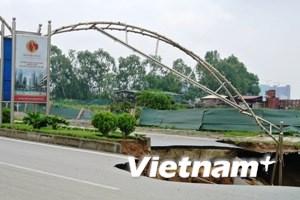 """Xem """"hố tử thần"""" lan rộng trên đường Lê Văn Lương"""