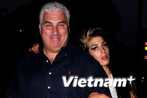 Amy Winehouse tự trách mình khiến cha nhập viện