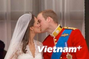 William hôn Kate 2 lần ở bancông điện Buckingham