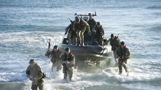 """[Photo] Binh lính Anh tập trận đổ bộ """"Rắn biển"""" ở Gibraltar"""