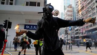 Người biểu tình Hong Kong ném bom xăng vào trụ sở cảnh sát