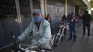 Người dân Venezuela xếp hàng dài chờ mua xăng dầu