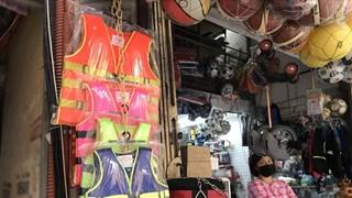 Áo phao 'cháy hàng' trên thị trường trong mùa mưa lũ