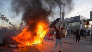 [Video] Mỹ: Người biểu tình châm lửa đốt cháy hàng loạt xe sang