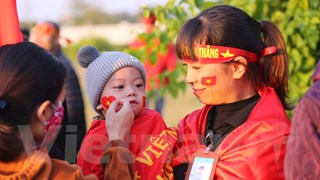 [Video] Người hâm mộ vây kín sân bay chờ tuyển Việt Nam
