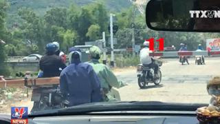 [Video] Xe máy vô tư vượt barie dù có đèn cảnh báo xe lửa sắp tới