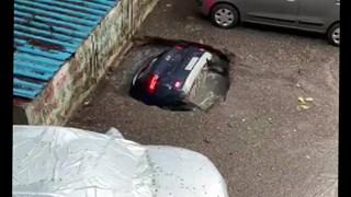Cận cảnh hố tử thần nuốt chửng cả chiếc xe ôtô trong nháy mắt