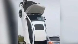 Video nữ tài xế lái xe đâm cột biển báo, khiến ôtô dựng thẳng đứng