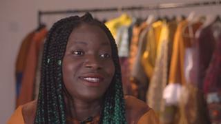 Từ một cô bé di cư trở thành nhà thiết kế thời trang của Hoàng gia Anh