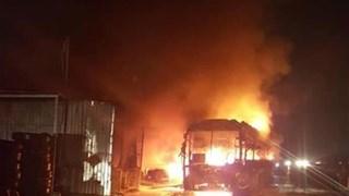 [Video] Xe khách giường nằm cháy trơ khung sắt trên Quốc lộ 1A