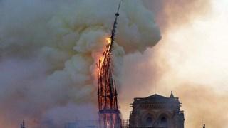 Khoảnh khắc người dân Paris sững sờ khi tháp Nhà thờ Đức Bà đổ sập