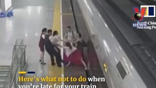 [Video] Người phụ nữ dùng chân cản tàu cao tốc để kịp giờ làm
