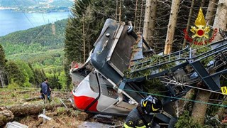 Khoảnh khắc cáp treo ở Italy rơi xuống đất khiến 14 người tử vong