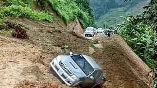 Sơn La: Sạt lở đất cuốn theo xe ôtô bán tải rơi xuống vực