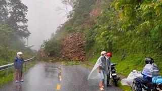 Yên Bái: Sạt lở hàng trăm khối đất đá gây ách tắc trên đèo Khau Phạ