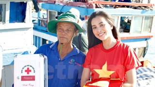 [Video] Trao 3.000 cờ Tổ quốc cho ngư dân Lý Sơn vươn khơi bám biển