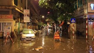 Thủ đô nhiều nơi rơi vào tình trạng ngập úng sau trận mưa đầu mùa