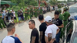 [Video] Bắt khẩn cấp chủ doanh nghiệp gọi người vây xe chở công an