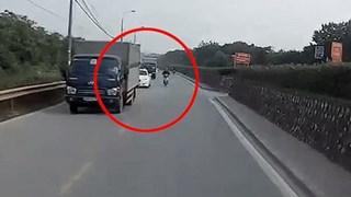 Clip thanh niên thoát chết khi bóp phanh, tự ngã trước đầu xe ôtô