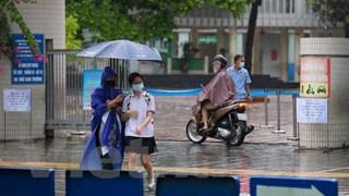 [Video] Sỹ tử Hà Nội đội cơn mưa lớn tới tham dự Kỳ thi vào lớp 10